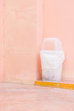 мусорная корзина на розовой стене Стоковое фото RF