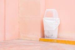 мусорная корзина на розовой стене Стоковая Фотография