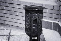 Мусорная корзина на улице стоковое фото rf