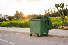 Мусорные баки города dumpster стоковое изображение rf