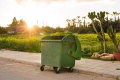 Мусорные баки города dumpster стоковые изображения rf