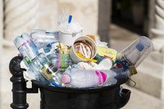 Мусорные баки улицы заполнены с мусорными ящиками с пластичными бутылками разверток до верхней части Стоковое Изображение