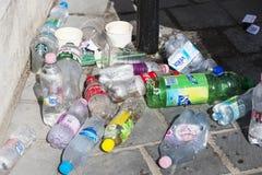 Мусорные баки улицы заполнены с мусорными ящиками с пластичными бутылками разверток до верхней части Стоковые Фотографии RF