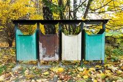 Мусорные ведра в лесе для очищенности природы стоковое изображение rf