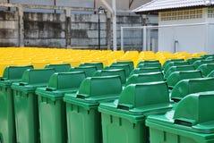 Мусорные корзины в группе сделанной коммерчески желтого цвета и зеленого цвета размера стоковая фотография