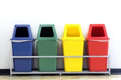 Мусорные корзины ящика, зеленых, голубых, желтых и красных с повторно используют символ отхода, отброс 4 красочный мусорных корзи стоковая фотография