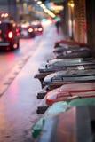 Мусорные ящики и уличные светы в городском городе, вечер стоковое изображение rf