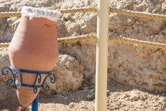 Мусорный бак глины на пляже Стоковое Фото