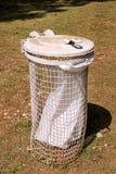 Мусорный бак и повторно используя ящик в на открытом воздухе парка естественное на солнечный день Отброс повторно использует конс стоковое изображение