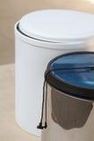 Мусорный бак Мусорный бак для кухни или офиса ручки зерен мебели двери кофе вспомогательного оборудования Стоковое Изображение RF