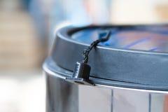 Мусорный бак Мусорный бак для кухни или офиса ручки зерен мебели двери кофе вспомогательного оборудования Стоковое Фото