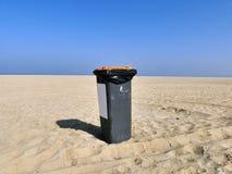 Мусорный бак на пустом пляже окружающая среда принципиальной схемы внимательности предпосылки изолировала малую белизну вала взят Стоковое Фото