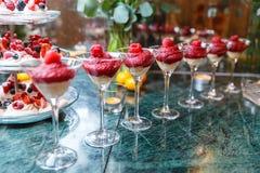 Мусс коктеиля свежих ягод, поленик на торжестве в ресторане Стоковое фото RF