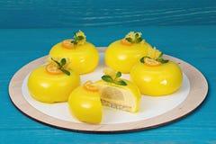 Мусс манго испечет с поливой маракуйи Стоковое Фото