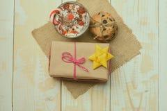 Мусс, печенья обломока и подарок Стоковое фото RF