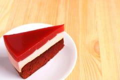 Мусс поленики при торт слоя губки шоколада, который служат на таблице, с открытым космосом для текста Стоковая Фотография RF