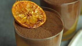 Мусс шоколада с оранжевым студнем сток-видео