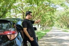 Мусульманская вскользь склонность бизнесмена против автомобильной двери Стоковая Фотография RF