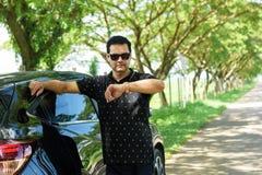Мусульманская вскользь склонность бизнесмена против автомобильной двери Стоковые Изображения RF