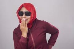 Мусульманская дама Laughing и покрывать ее рот с рукой стоковое фото rf