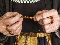 Мусульманская женщина которая привлекает хваление Стоковое фото RF