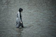 Мусульманская женщина принимая заплыв в море вполне покрытом с одеждами стоковые фото