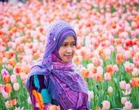 Мусульманская женщина с цветком тюльпана во время фестиваля тюльпана Оттавы Стоковые Фотографии RF