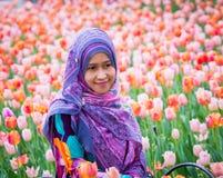 Мусульманская женщина с цветком тюльпана во время фестиваля тюльпана Оттавы Стоковые Изображения RF
