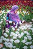 Мусульманская женщина с цветком тюльпана во время фестиваля тюльпана Оттавы Стоковое Изображение