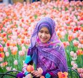 Мусульманская женщина с цветком тюльпана во время фестиваля тюльпана Оттавы Стоковая Фотография RF