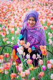 Мусульманская женщина с цветком тюльпана во время фестиваля тюльпана Оттавы Стоковые Изображения