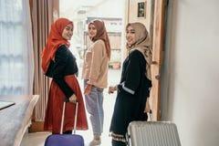 Мусульманская семья с чемоданом получает готовой для перемещения стоковые фотографии rf