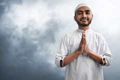 Мусульманская улыбка человека на предпосылке дыма Стоковое Изображение