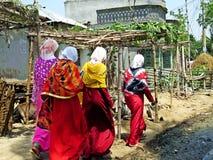 Мусульманские женщины идя вниз с дороги, Бангладеша стоковые изображения