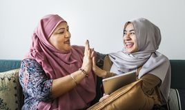 Мусульманские женщины используя таблетку Стоковые Фото