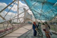Мусульманские женщины на мосте винтовой линии в Марине преследуют, Сингапур Стоковая Фотография