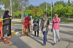 Мусульманские женщины нося hijabs делают тренировку утра в внешней игре Стоковое Изображение