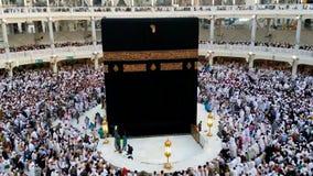 Мусульманские паломники circumambulating Kaabah видеоматериал