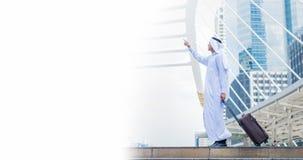 Мусульманский тюрбан и платье носки человека белые идя с багажом в городе концепция космоса деловых поездок и экземпляра Стоковые Изображения