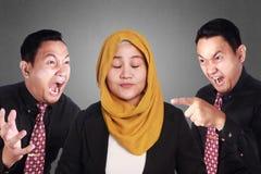 Мусульманский усмехаться коммерсантки держит затишье стоковое фото