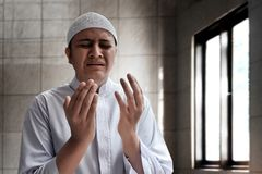 Мусульманский человек моля внутреннюю мечеть Стоковые Изображения