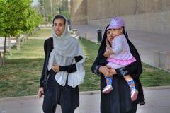 2 мусульманских женщины в hijabs идут с ребенком Стоковое Фото
