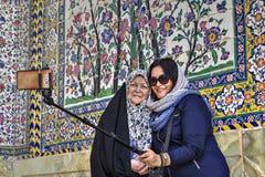 2 мусульманских женщины нося в hijabs, фотографируя внутри Стоковые Изображения RF