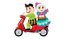 Мусульманское катание мальчика и девушки на мотоцилк совместно изолировано стоковые изображения