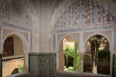 мусульманское окно дворца с садом Стоковая Фотография RF