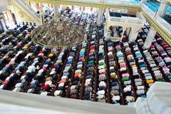 Мусульмане во время молитв пятницы в конгрегации в большой части Стоковое Фото