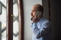 Мусульмане говоря на телефоне стоковое фото