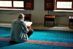 Мусульмане прочитали Qur'an в мечети самостоятельно Стоковое Фото