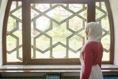 Мусульманская девушка в мечети Стоковая Фотография