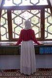 Мусульманская девушка в мечети Стоковые Изображения